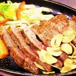 鉄板焼 屯 - 和牛サーロインステーキです。程の良い霜降りの味わい深い美味しいお肉です。