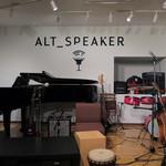ALT SPEAKER - 6つのボックス型テーブルがあり席数は約25席。店内にはピアノやドラム、ベース、ギターなど♪