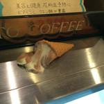 珈琲工房 - 棚には様々な飾りが。溶けたソフトクリームはマスターのお茶目心。