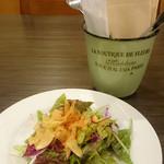 34464079 - パリパリさつまいもチップス付き、彩り豊かなサラダ