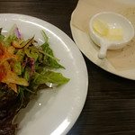 34464084 - カイエンヌペッパーが鮮やかなサラダ、玉葱と黒胡椒の自家製パン