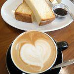 カフェ ココロバ - カフェラテ(¥450)とトースト(¥250)