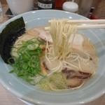 吉蔵 - 加水率低めのストレート細麺