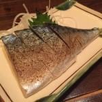 二丁目酒場 - 『金華〆鯖炙り(半身)』様(380円)もっと炙ってくれてもいいのに~まぁ素直に美味しいです!