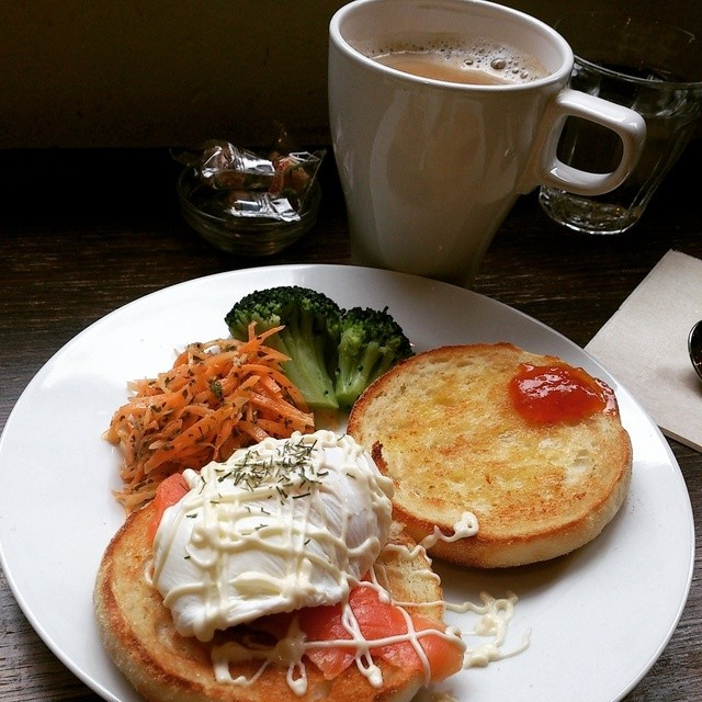 ポーズ - 朝食エッグベネフィクト&カフェラテ(カフェインレス)
