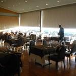 ル・トリアノン - dinner準備中の客席