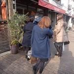 洋食の朝日 - 4人組が先に行列に、              聞くと、広島、九州から来られた仕事仲間の方々。