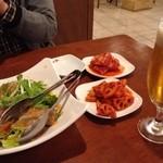 34475685 - 生ハムのチョレギサラダ(780円)、白菜キムチ、レンコンキムチに飲み放題の「麦とホップ」。
