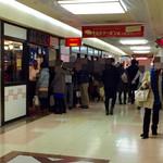 横浜元祖 札幌や - 別の日、土曜日の13時頃に通り掛かると30人程の行列が!