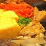 あえん - 鶏の照り焼き、たけのこ、ぜんまい、ごぼう、油揚げ、卵焼き、       青菜などがのったわっぱめし。玄米との相性は抜群