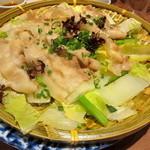 あえん - 白菜・九条ねぎと桜山豚のバラ肉をざるで蒸しあげた逸品。梅ポン酢とかえしの2種類のタレでどうぞ。