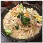 めっちゃタンメン - めっちゃタンメン。 暖簾には『野菜は好きですか』 濁ったスープの平打ち縮れ麺。トナリ的なタンメン。 お腹いっぱい。