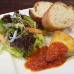 ビストロ コマ - 春菊と長ネギのキッシュとサラダ (バゲット付き)