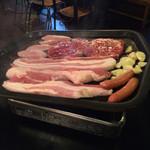豚家 - 三段バラ、豚ロース、豚トロ、ウインナー