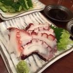 サカホン酒場 - とりあえず的なアテで やみつきキュウリ¥300 タコのお刺身¥300