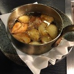 焼肉園 花牛 清田本店 - にんにくオイル焼き350円、揚げれた状態で出てきます♬