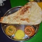 Arati - ランチCセット(左から野菜、バターチキン)