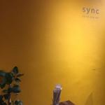 sync - オシャレな壁にオシャレなロゴ