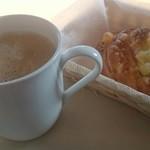 ベーカリー&カフェ コンネ - カフェラテとハムとチーズのパン