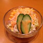 アルル - ミートソース ¥700 に付くサラダ