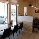 カフェ キナリ - 店内(窓際のカウンターとテーブル)
