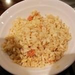 34509774 - 鮭炒飯。アングルが悪いだけで実は丼ぶり。