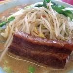 百合花 - たっぷりの野菜と角煮の入った味噌ラーメン。