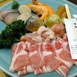 Taiyoshihyakuban - 海の幸山の幸を盛り合わせた当店自慢の寄せ鍋:3024円