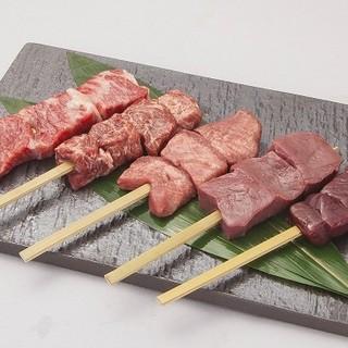 霜降り黒毛和牛を使用した贅沢な串料理などを多彩にご用意。
