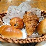 34535486 - 食べ放題のパンは小ぶりです。バターロール、レーズンブレッド、クロワッサン、くるみパン