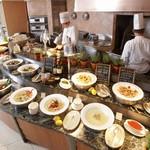 ブラッセリー 「チェッカーズ」 - オープンキッチンでご用意するバラエティ豊富なお料理が自慢