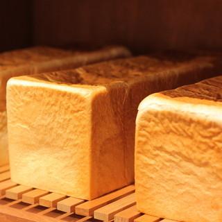 店内手作り、焼き立てパン