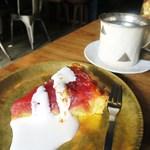 34538422 - アーモンドクリームとリンゴのタルト、⚫︎珈琲