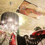 シークレット ガーディアン ツー - シャンデリアとクリムトの天井