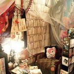 シークレット ガーディアン ツー - 本が置かれたテーブルとソファー席