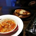 34544947 - ランチのメイン料理:鶏肉のトマト煮、デミグラスオムライス