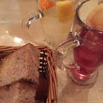 デルソル - がぶ飲みスパークリングワインとお通しのパン