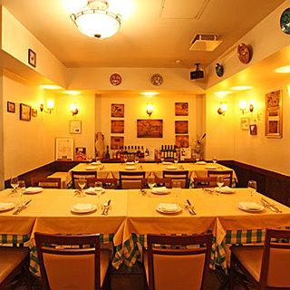 イタリアの下町ナポリの空気を感じる店内。貸し切りも可能です。