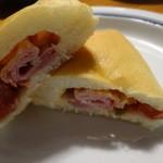 34553620 - ハムとチーズとラタトゥイユの入ったパンの断面