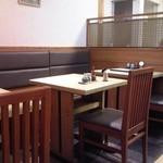 本味楽 - 店内 テーブル席 ②