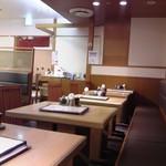 本味楽 - 店内 テーブル席 ①