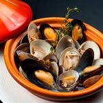 牡蠣と地中海料理 ALEGRIA - 3 種貝の白ワイン蒸し タジン鍋仕立て