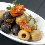 牡蠣と地中海料理 ALEGRIA - 自家製オリーブマリネとドライトマトの盛り合わせ