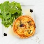 牡蠣と地中海料理 ALEGRIA - 焼き立てキッシュロレーヌ ルッコラのサラダ添え