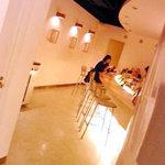 ラ・クープ・ドゥ・シャンパーニュ - クリーム色一色の店内です、女性ならココロ踊るでしょ〜