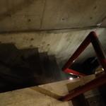 バー カスミチョウ・アラシ - 急な階段を下って
