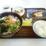 手打うどんよこ山 - うどん定食780円 一品料理 小鉢 漬物 うどん ごはん