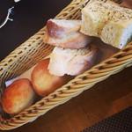 ピーニャ アルテッツア - 自家製パン