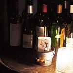 ワインバルRough - ワインの瓶がたくさんディスプレイされた外観