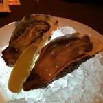バー・アルフェッカ - 生牡蠣が二個。